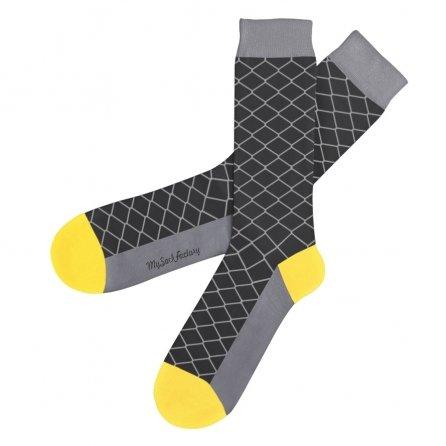 chaussettes-grises-motifs-geometriques-sock-club-presentation-plat